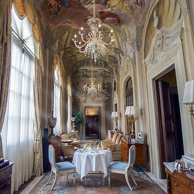Seu café da manhã está servido! Em uma das magníficas suítes do Palazzo Della Gherardesca, o @fsflorence. Bom dia! @qorz #viagem #Firenze #Italia #FourSeasons #luxo #travel #luxury