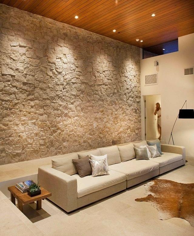 Natursteinwand Holzdecke Wohnzimmer Wand gestalten | Natursteinwand ...