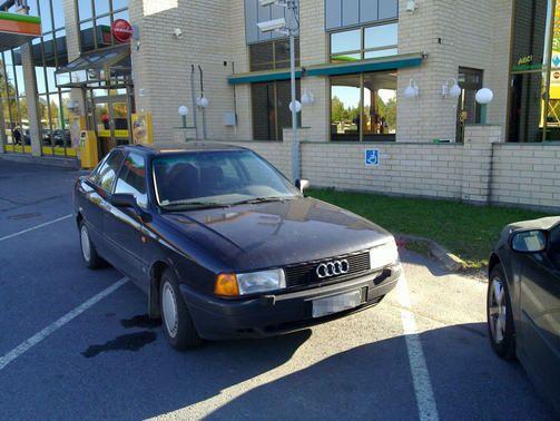 Kauhajoen ABC:n parkkipaikalla invapysäköintimerkki ei häirinnyt kuljettajaa.