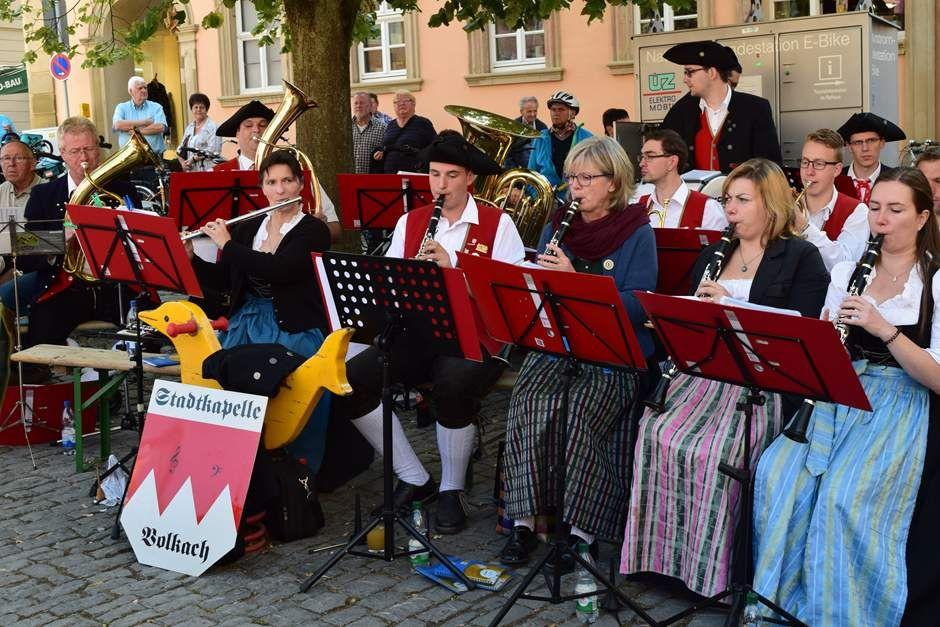 Zünftig geht's zu beim Weinfest Volkach http://www.travelworldonline.de/traveller/weinfest-volkach-die-ersten-trauben-des-jahres-werden-gepresst/?utm_content=buffer3e72c&utm_medium=social&utm_source=pinterest.com&utm_campaign=buffer #weinfest #volkach #fränkischesweinland #wein #wine