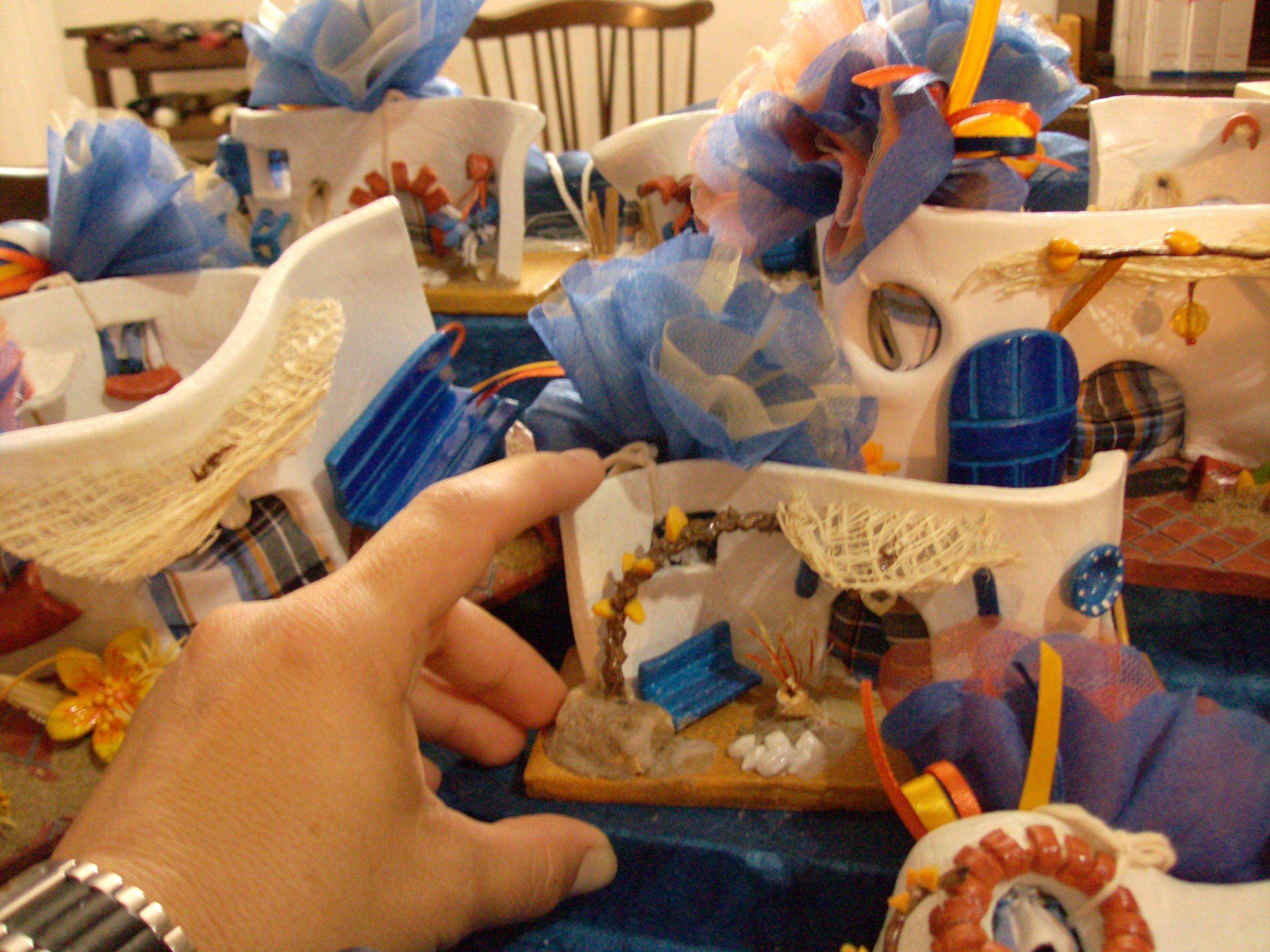 """Piccole case tema """"mare"""" realizzate con pasta modellabile e altri materiali...dipinte...lucidate e infiokkettate!"""