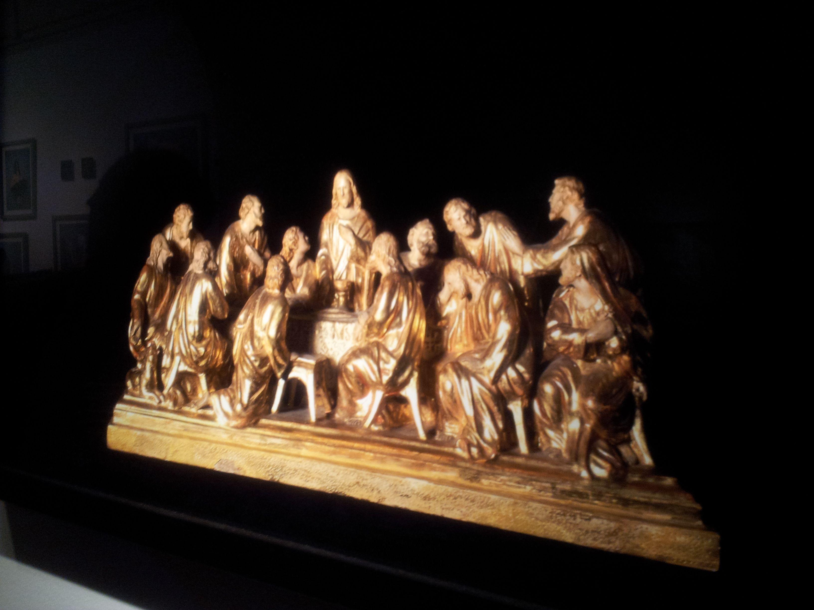 Entre esos objetos retratados, una talla de la última cena. Un símbolo. ¿Dónde está la mujer? Un objeto histórico que muestra otro conflicto, el de la mujer lejos del poder.