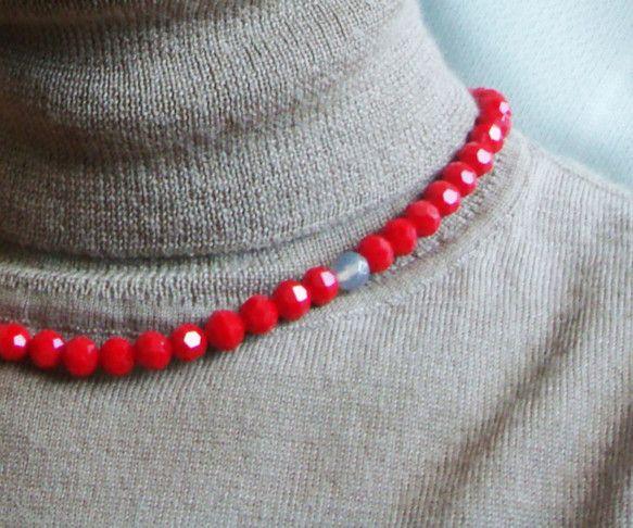 Loop #03【カットガラスと天然石のネックレス】ジューシーな赤い実を彷彿させる、鮮やかな赤色のカットガラスをネックレスに仕立てました。アクセントにグレーア...|ハンドメイド、手作り、手仕事品の通販・販売・購入ならCreema。