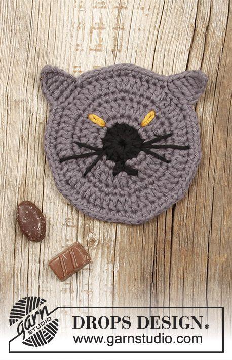 Gehäkelter Untersetzer mit Katze für Halloween. Die Arbeit wird ...