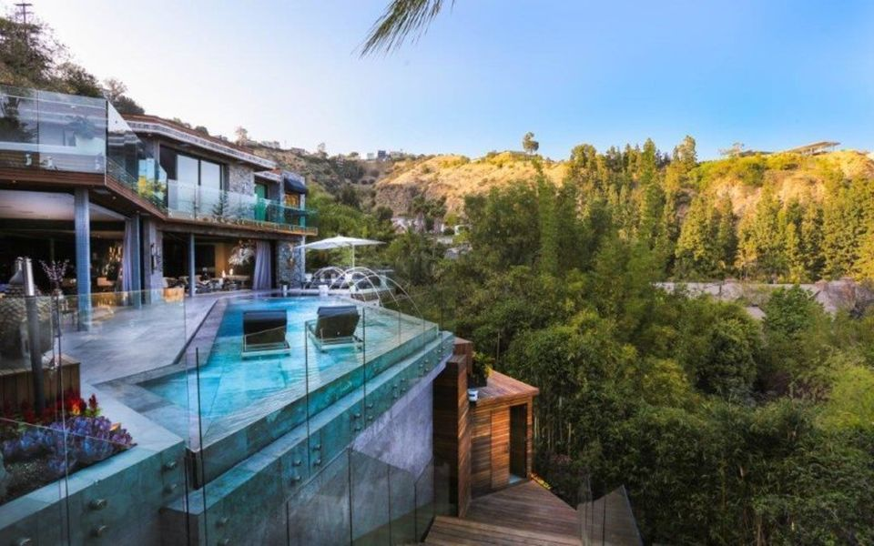 5 High Dollar La Homes With Sick Pools Hollywood Hills Homes Celebrity Houses Sunset Views
