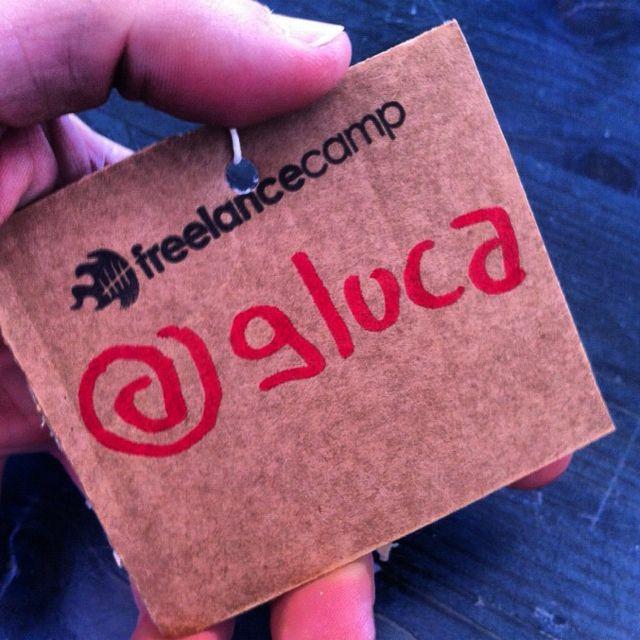 badge in cartone riciclato e timbro del #freelancecamp