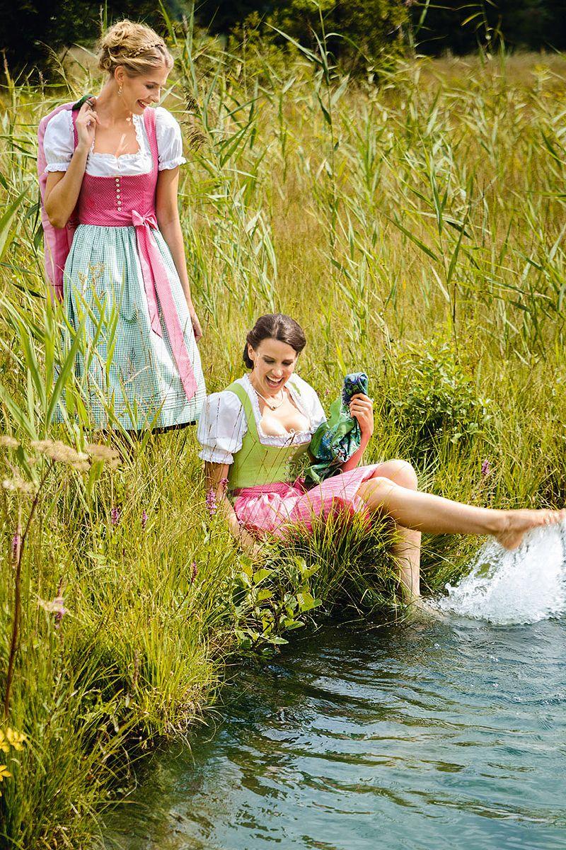 Schlanke deutsche Göre gibt Footjob im Urlaub