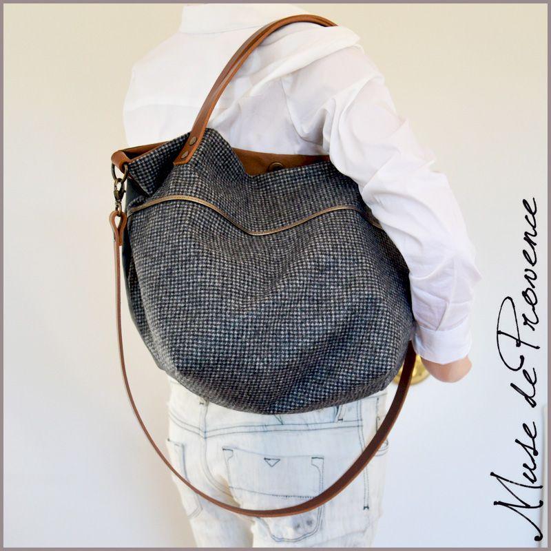 Petit sac cabas bandoulière en tissu gris au détail en cuir