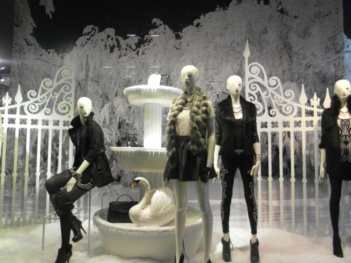 window statue fashion clothing toy shop window performance art mannequin london women display display dummy showcase display window display dummies
