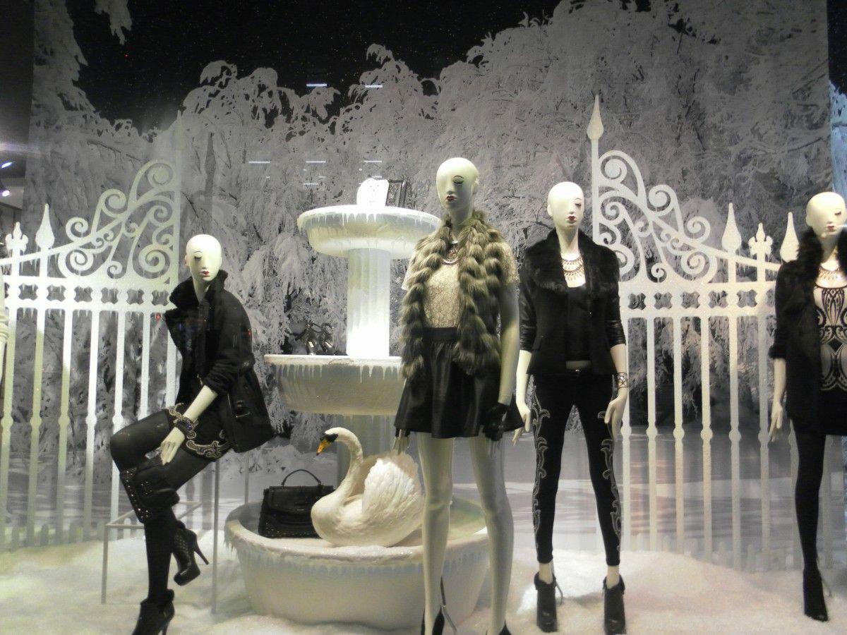 window statue fashion clothing toy shop window performance art mannequin london women display display dummy showcase display window display dummies