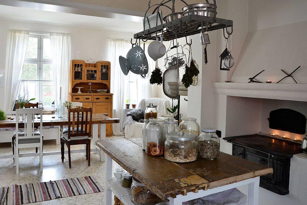 Joillain vain on se kosketus. Puhun nyt ihmisistä, kenellä on taito luoda kotiin kuin kotiin kotoisa, kaunis ja välitön tunnelma. Näissä kodeissa pystyy seurustelemaan vapautuneesti ja nojatuoliin saa istahtaa kahvikupin kanssa pelkäämättä läikyttämistä.Pääsimme kylään vuonna 1913 valmistunees