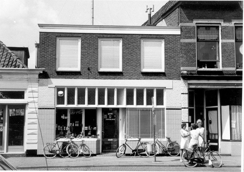 Thomas a Kempisstraat 47, 1973. Pand van de Zwolse kapper Joh. Bloks, met fietsen tegen de gevel, rechts drie dames.