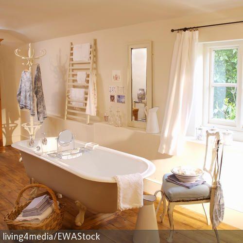 Eine Freistehende Badewanne Und Die Einrichtung Im Shabby Chic