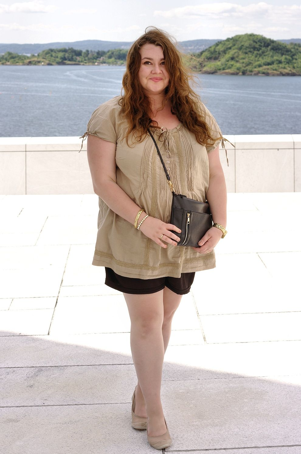 Große Größen Plus Size Fashion Blog shorts and a nude shirt