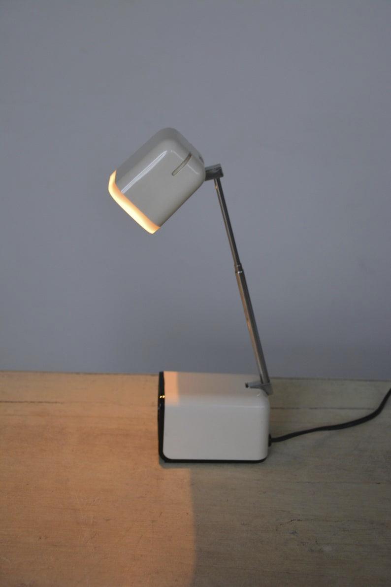 Lampe De Bureau Telescopique Blanche Vintage Basee Sur Un Design Pierre Cardin In 2020 Lamp Table Lamp Desk Lamp