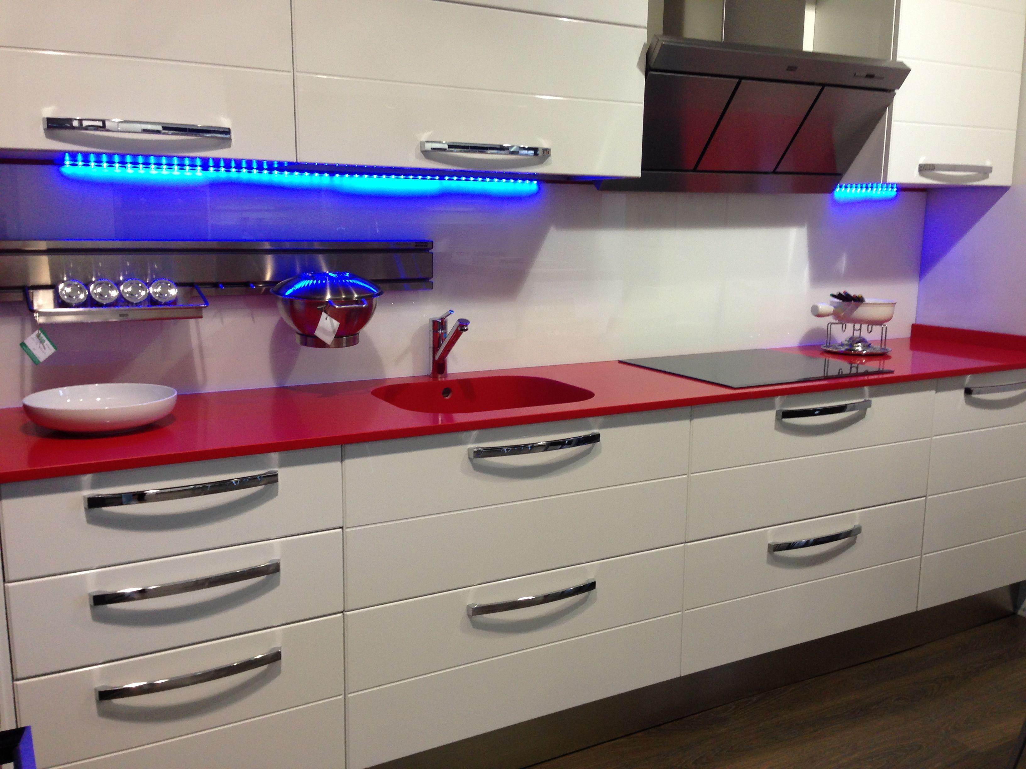 Laca blanca encimera silestone rojo eros fotos de for Cocinas integrales blancas