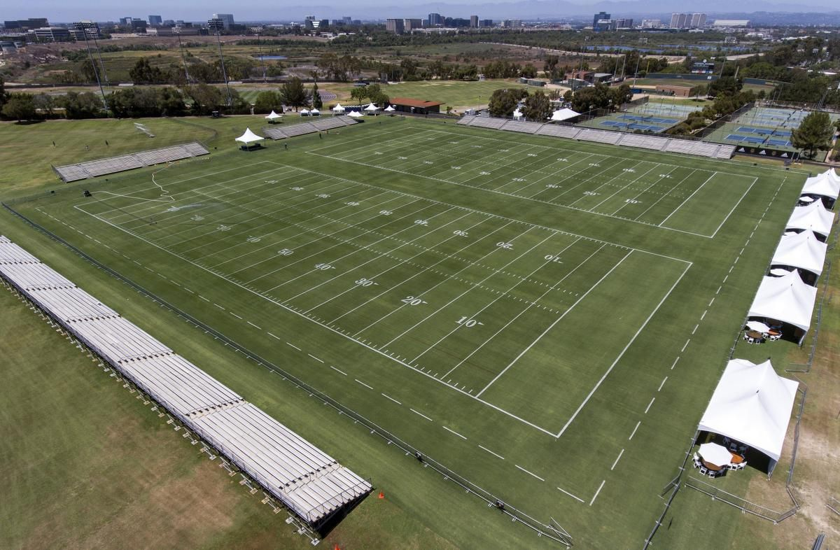 Uc Irvine S Crawford Field Converted Into The L A Ram S 2016 Training Camp Los Angeles Rams Image House Training Camp