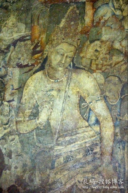 """1號石窟裡的手持蓮花菩薩是阿旖陀石窟最著名的壁畫,菩薩頭戴寶冠,妙相莊嚴,雖為男相但富有女性的柔美,右手持一朵青蓮花,神情悲憫,充滿了佛教中特有的寧靜與平和的內蘊,體現了皈依佛教後""""同體大悲""""的佛教情懷。"""