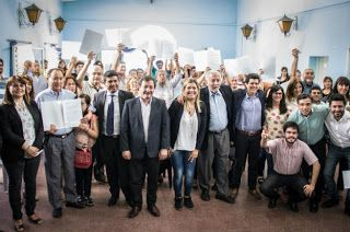 Así Somos: Angulo entregó en Deán Funes 22 resoluciones poses...