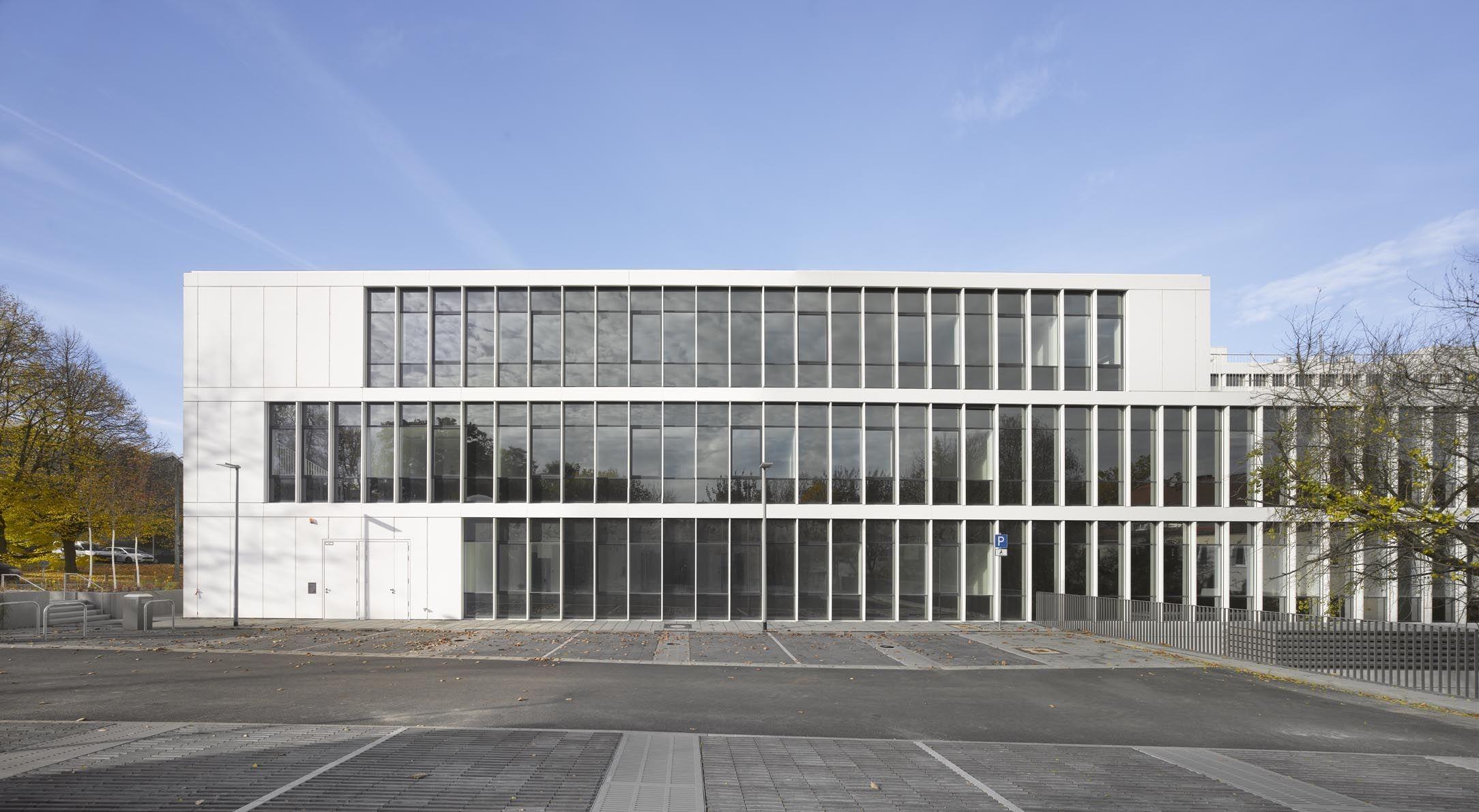 Ansicht von osten mit wechsel zwischen offenen und - Uni dresden architektur ...