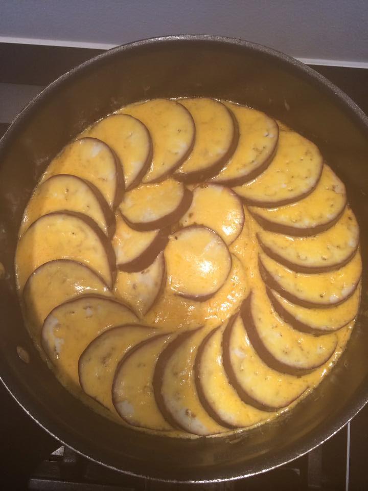 Ca. 350 g tomater skæres i tern, 1 løg i tern og 1-2 fed hvidløg, hvis man er til det. Løgene klares på (saute-)panden i smør (eller andet fedtstof), tomaterne tilsættes. Smages til med salt og rigeligt oregano. 1 aubergine skæres i en halv cm tykke skiver. Aubergineskiverne lægges i dekorativt mønster henover. Låg på og det skrues helt ned for blusset. Lad det simre til auberginerne er møre (ca. Et kvarter). Herefter drysses med masser af revet ost (jeg bruger cheddar) og låg på igen til…