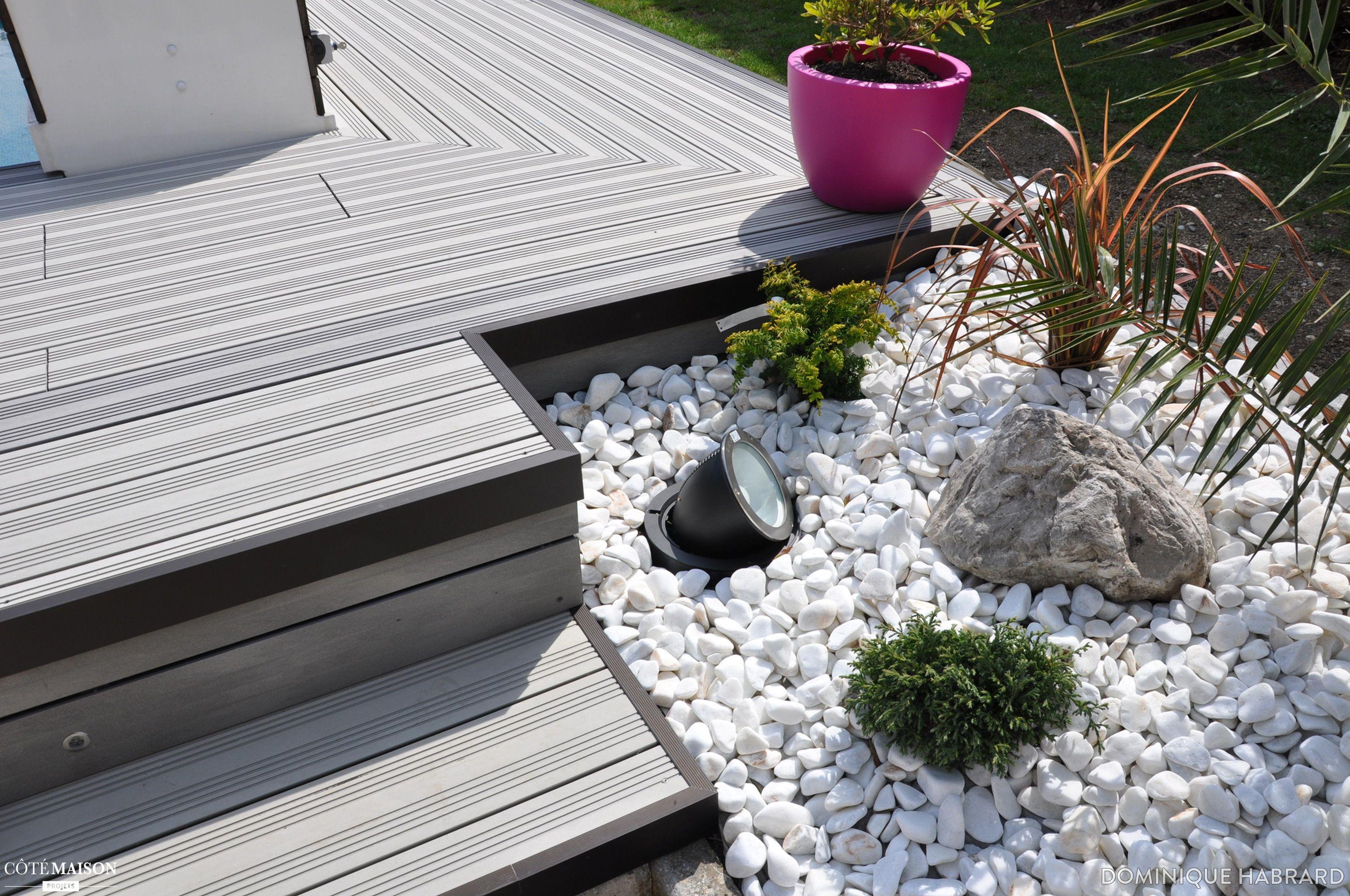 Une plage de piscine en bois composite gris - éclairage et mobilier ...