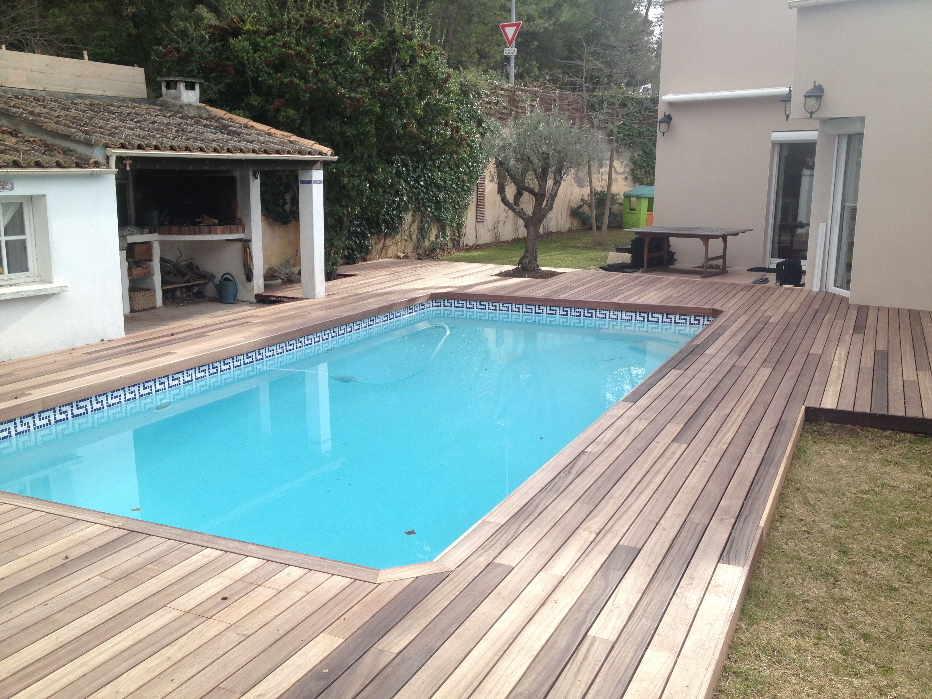 Terrasse de piscine en Padouk visserie cachée avec margelle intégrée ...