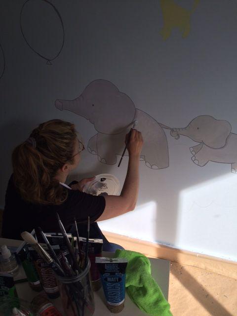 Pintando una habitación infantil.