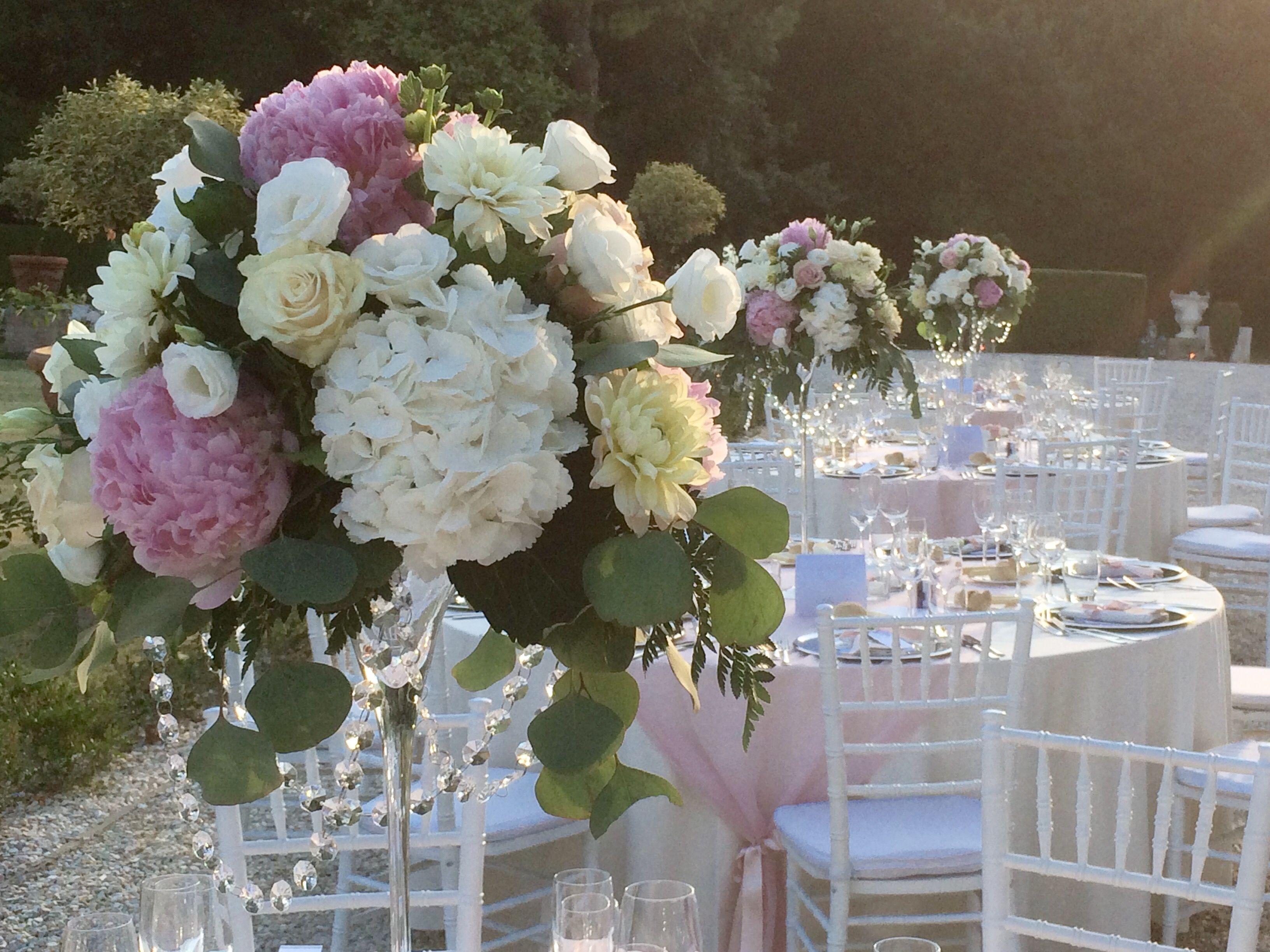 Peonie rosa ortensie bianche e rose avorio per dei centrotavola romantici ed eleganti by - Composizioni floreali per tavoli ...
