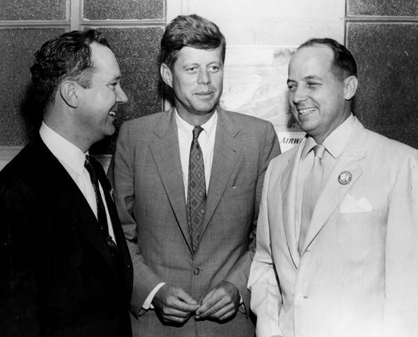 1956. 6 Octobre. New Orleans. Mayor Morrison with Senators Russell B. Long and John F. Kennedy. The photograph was taken at a Democratic Party fundraising dinner at the Roosevelt Hotel. JFK was in town campaigning for his party's presidential candidate, Adlai Stevenson