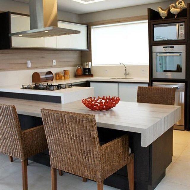 Cozinha em formato de C com mesa de refeições integrada com o balcão do cooktop. Ótima pedida para quem gosta de cozinhar e ao mesmo tempo interagir com amigos e familiares.
