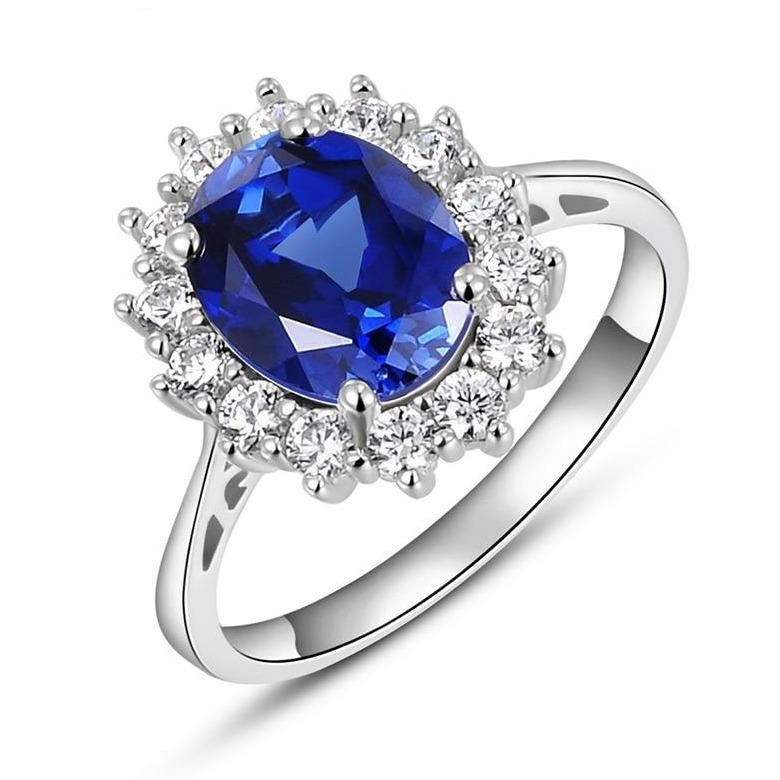Envío Gratuito: EE. UU. (7-15 días) Descripción: Simbolizando el pasado, presente y futuro del amor eterno, este hermoso anillo está impregnado de un romance atemporal. Circonitas transparentes enmarcan una pieza central de piedra azul zafiro vibrante en este diseño de plata esterlina. Exquisitamente elegante, es un regalo que será atesorado por siempre. Cuidado y Mantenimiento: Guarde sus joyas en el embalaje original o en un estuche blando para evitar rayones. Evite todo contacto con el agua.