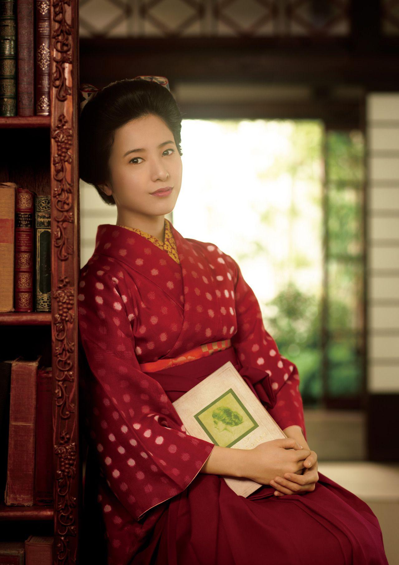 本棚にもたれかかる吉高由里子さん