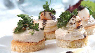 Canapés de mousse de atún con langostinos y vinagreta de aceitunas negras