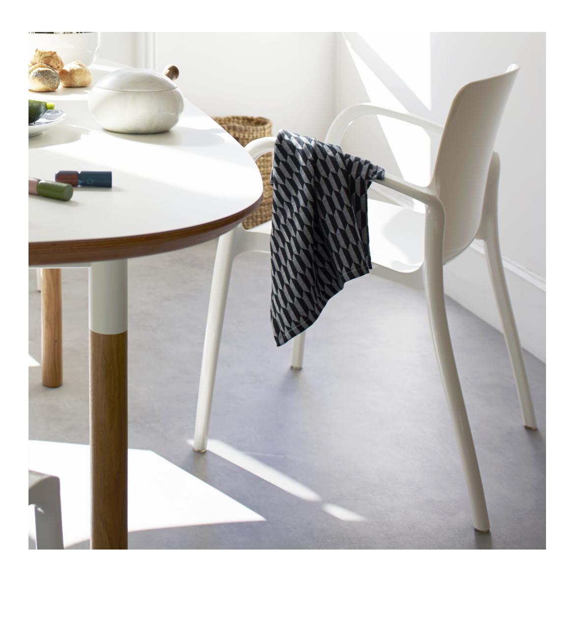 Tallow Chaise Blanche En Plastique Avec Accoudoirs Furniture