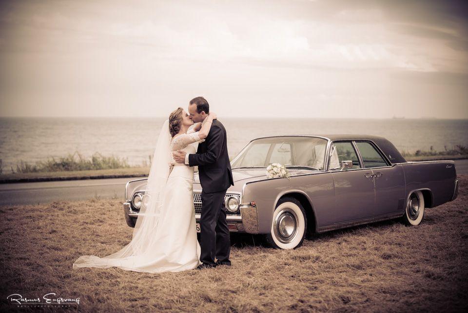 Denne smukke og fantiske bil danner sammen med Øresund baggrund for det kønne brudepar.