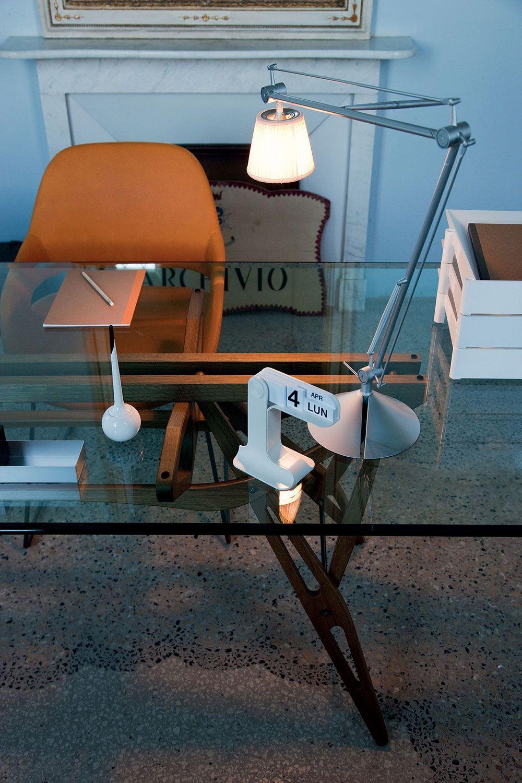 Bureau design avec table et lampe. http//www