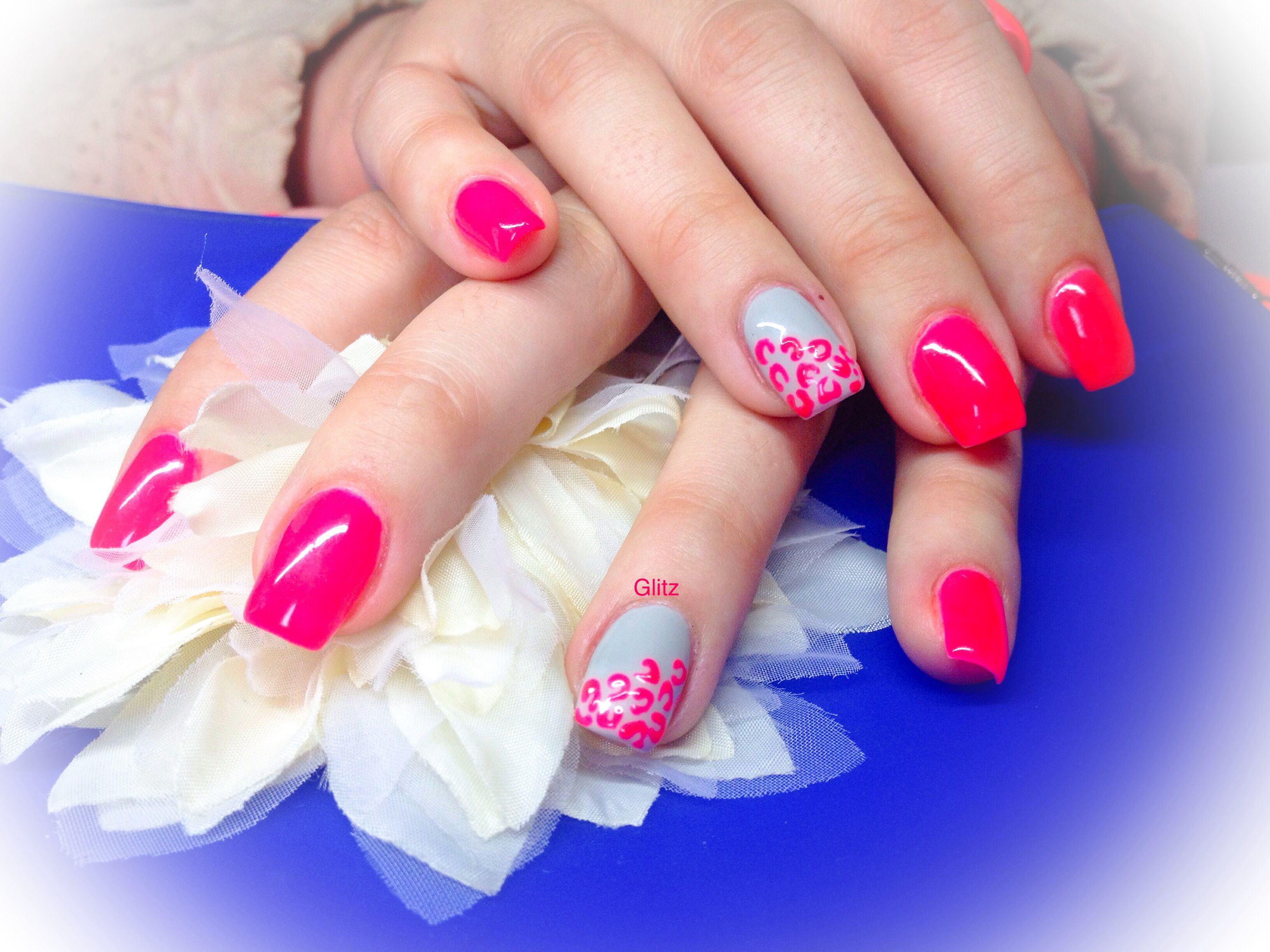 Neon pink and grey / rose fluo et gris gel nails / ongles en gel by