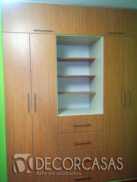 Closet color haya este mueble cuenta con repisas para for Closet de madera para dormitorios