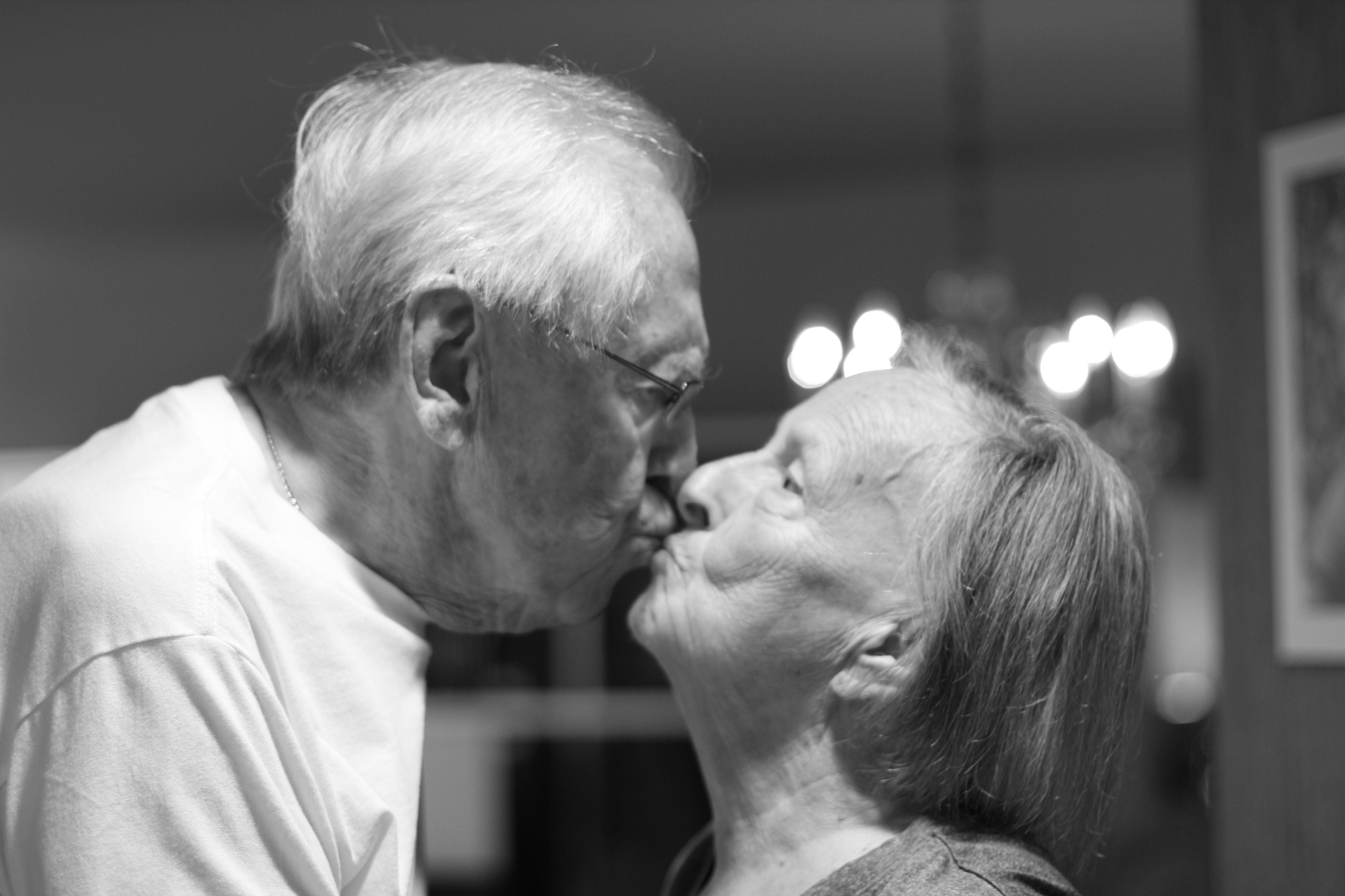 Couple Qui S Embrasse old couple kissing / vieux couple qui s'embrasse | inspiring images
