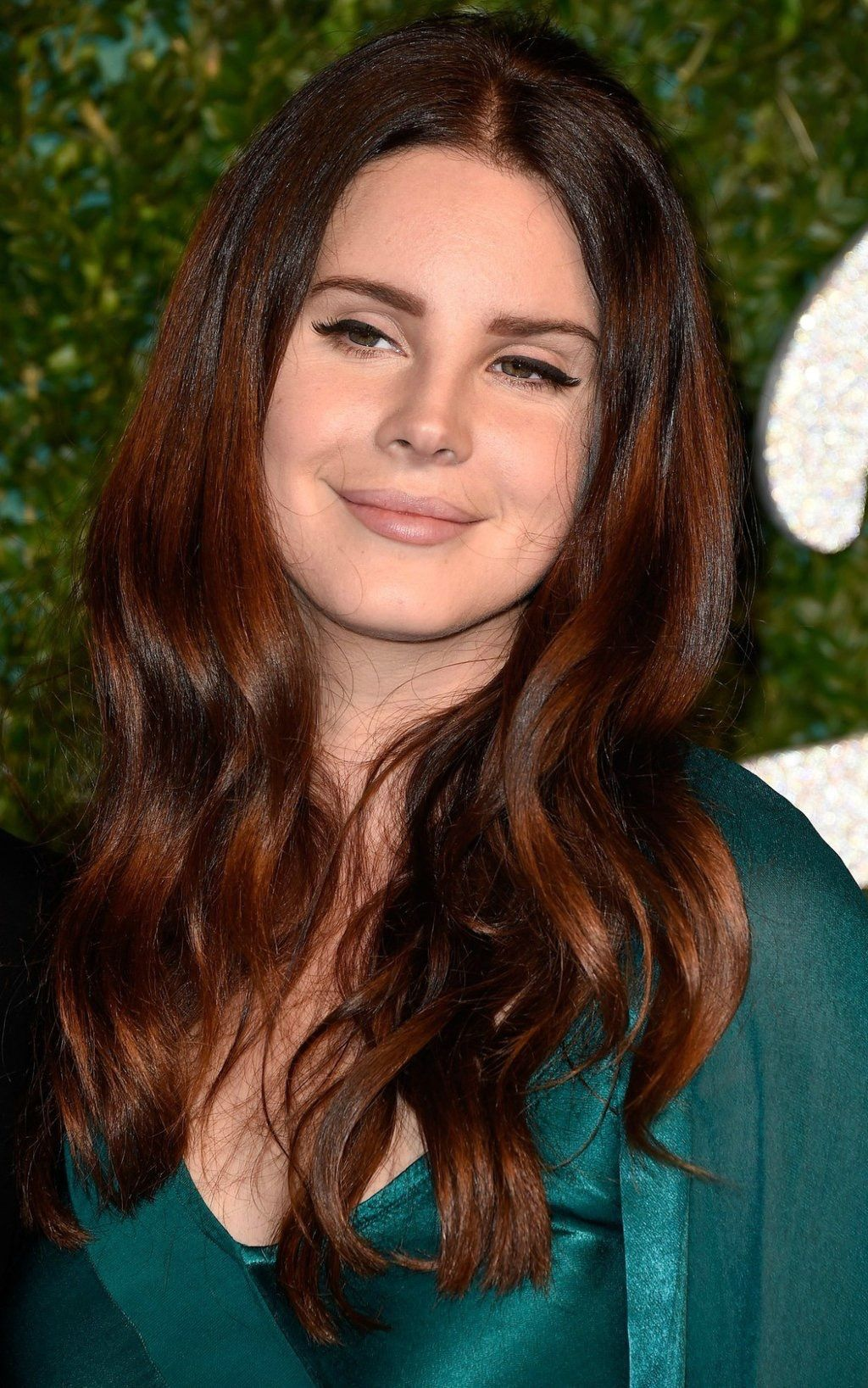 Lana Del Rey On The Red Carpet In A Green Dress Hair Color Auburn Red Brown Hair Hair Inspiration Color