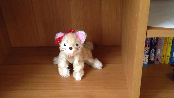 赤い水玉リボンがキュートな子猫のぬいぐるみです。とっても柔らかく肌ざわりの良い、ふわふわ感のある生地で丁寧に手縫いしました。サイズ 高さ13cm  横15cm|ハンドメイド、手作り、手仕事品の通販・販売・購入ならCreema。