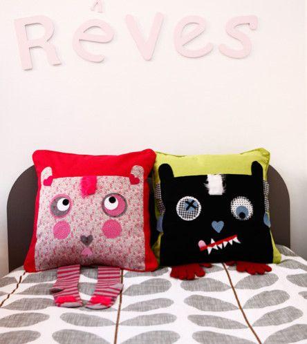 coussins monstres housse de pyjama for the children pinterest tuto couture range pyjama. Black Bedroom Furniture Sets. Home Design Ideas