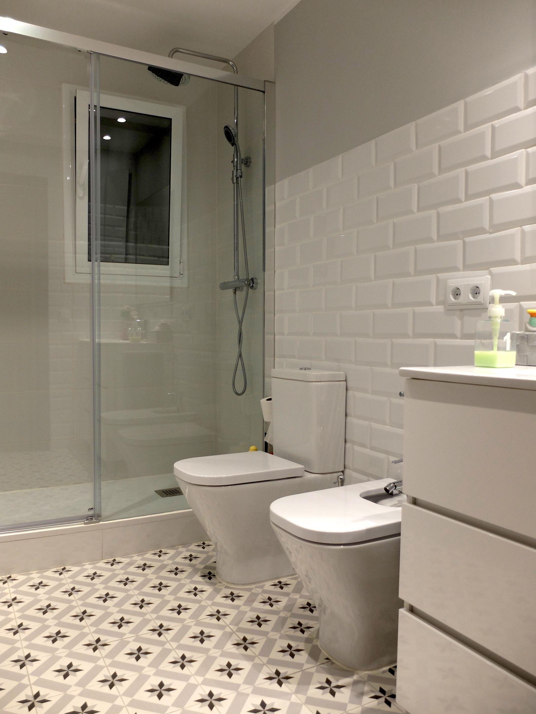 Reforma de Baño con pavimento hidráulico y baldosas tipo metro | por ...