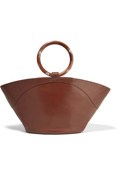 Cuir marron chocolat  Fermoir pression sur le dessus ouvert  Référence couleur : Cinnamon  Fabriqué en Italie