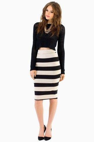 6e41beb00 Look de moda: Collar dorado, Zapatos de tacón de ante negros, Falda ...