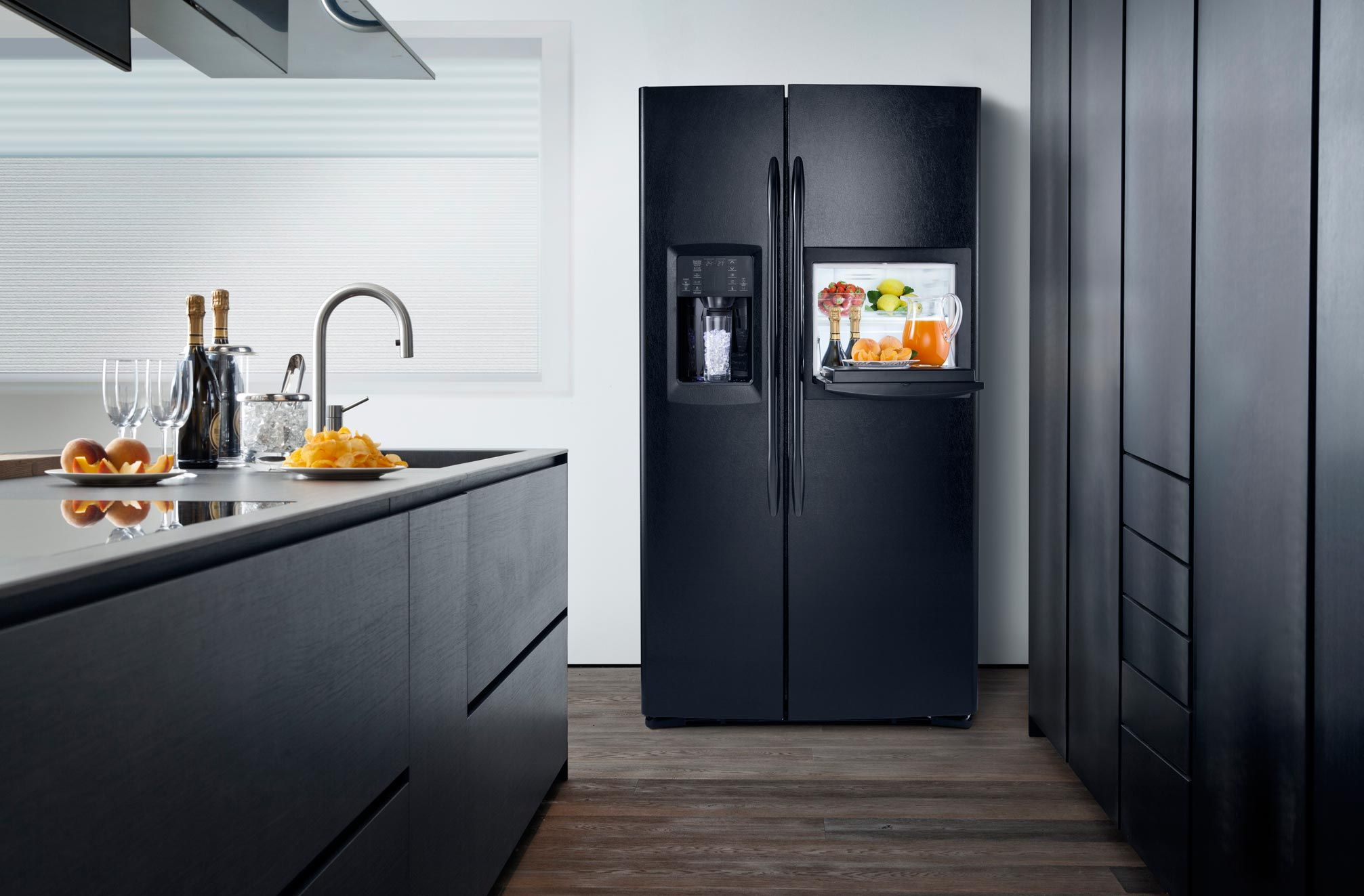 De zwarte Amerikaanse koelkast GSE30VHBTBB uitgevoerd met ijsdispenser en minibar (foto