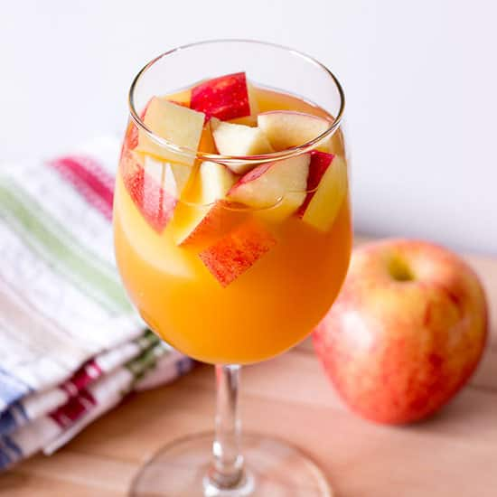 Caramel Apple Sangria #applecidersangriarecipe Caramel Apple Sangria Recipe - Apple cider sangria with caramel vodka & white wine. This is the best easy Fall sangria recipe. #applecidersangriarecipe
