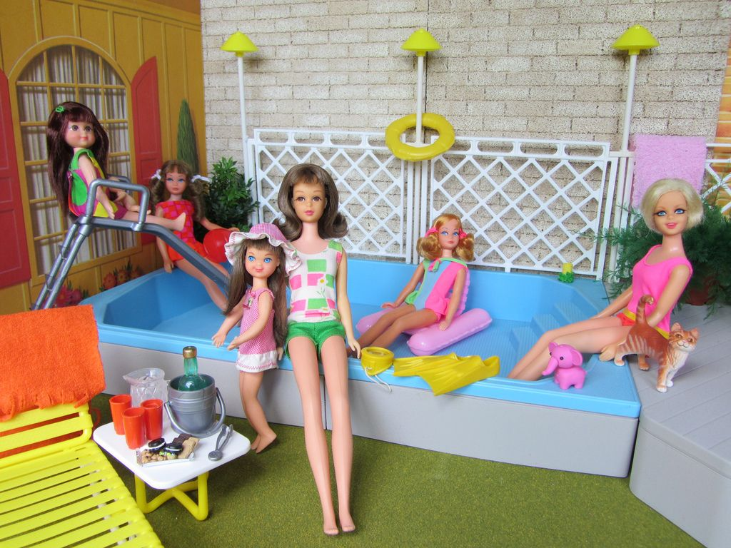 Pool party in the backyard of barbie 39 s 1963 dream house this barbie pool set is from the 1980 39 s for Barbie doll house with swimming pool