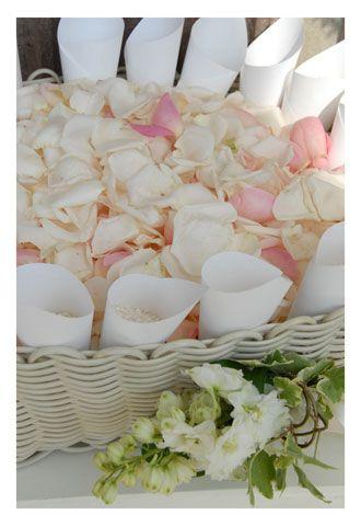 Coni Portariso E Petali Di Rosa Con Immagini Idee Per Matrimoni